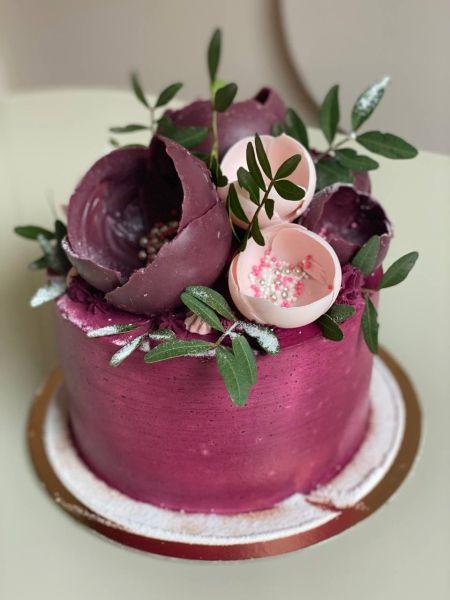 Торт с шоколадными цветами