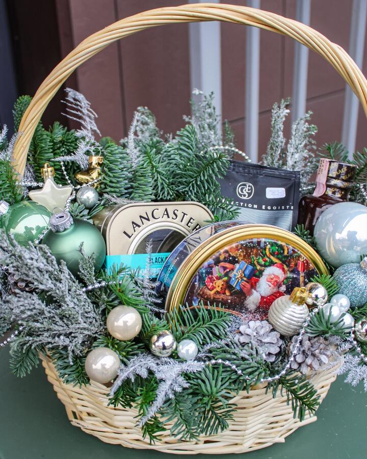 Оформление сладких подарков в корзине