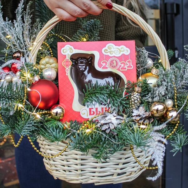 Оформление сладких подарков в корзине №2