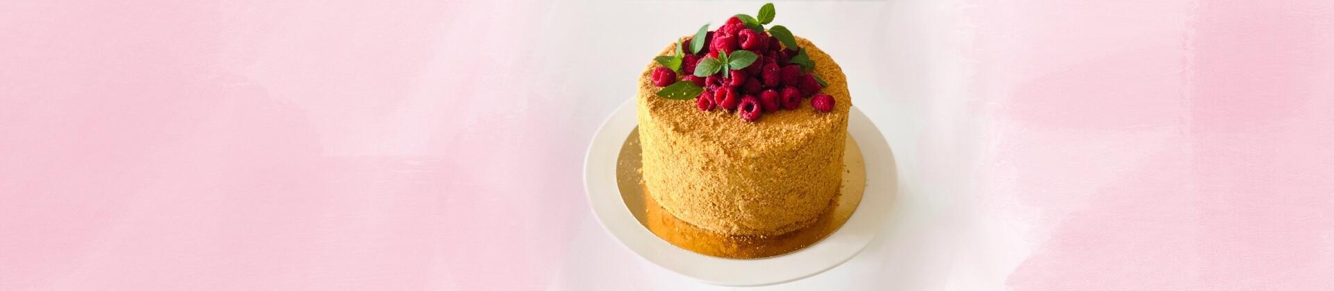 Вертикальный медовик с ягодным декором