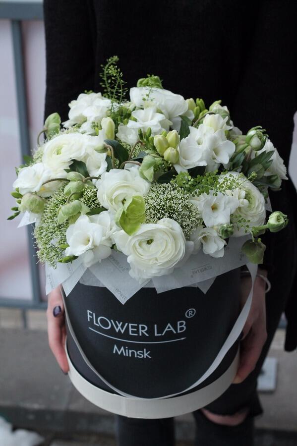 Букет цветов с белой фрезией и ранункулюсами в коробке