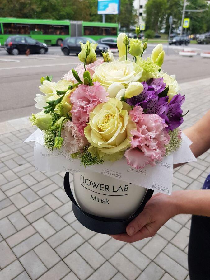 """Цветы в коробке """"Бархатный лизиантус"""""""