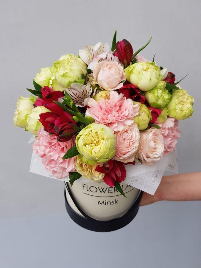 """Цветы в шляпной коробке """"Красная альстромерия и роза бомбастик"""""""