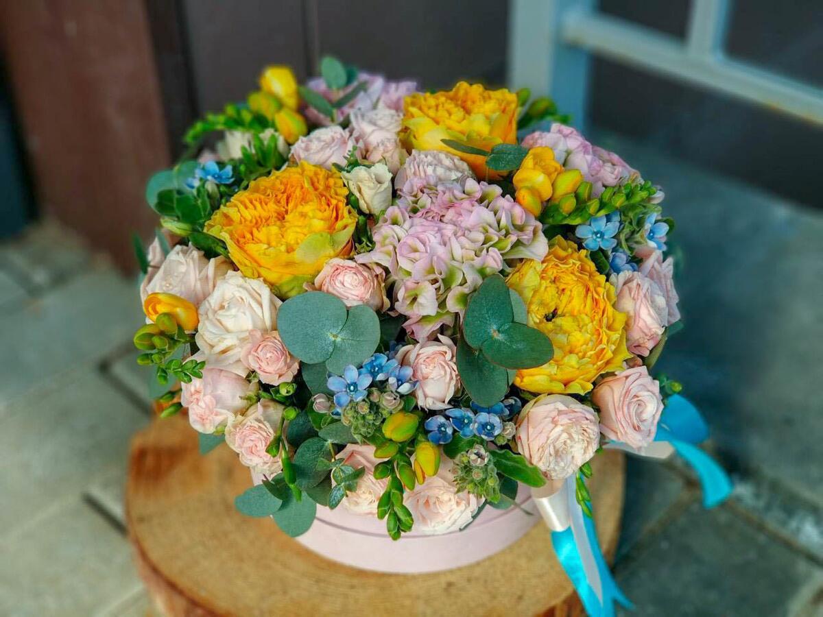 """Цветы в шляпной коробке """"Янтарь"""""""