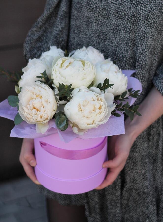 """Цветы в шляпной коробке  """"Белоснежный Пион"""""""