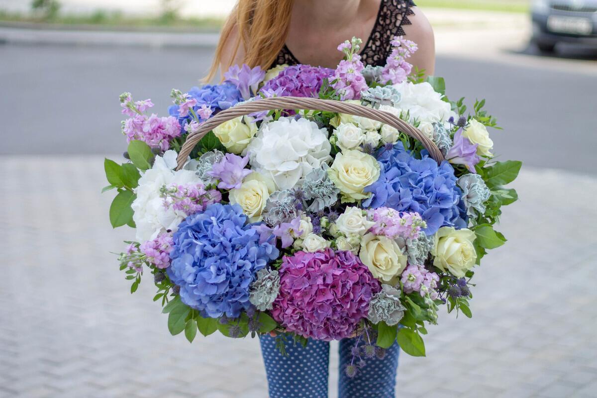 """Корзина с цветами """"Ягодный фреш''"""