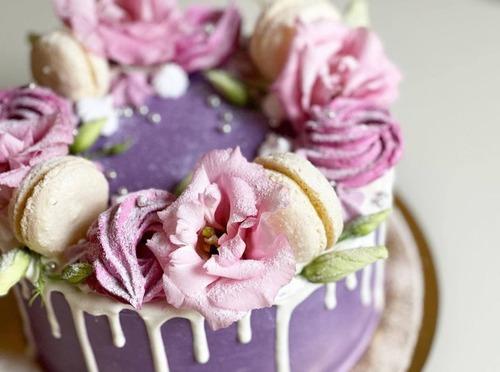 Торт с венком из живых цветов и сладостей